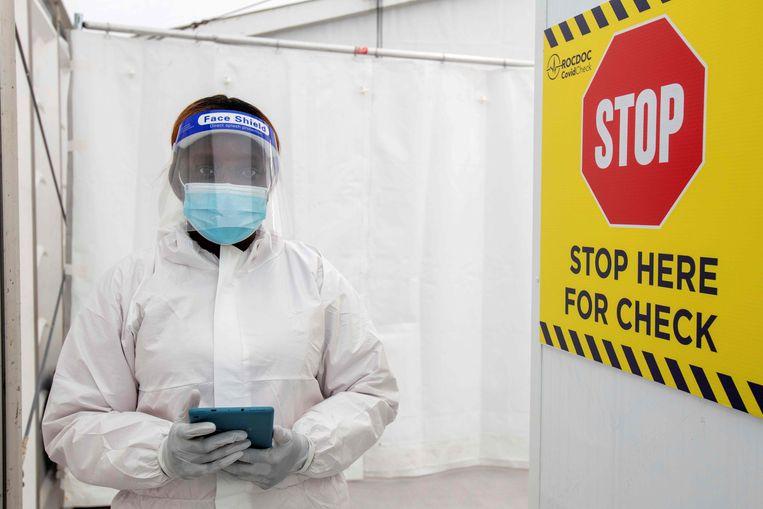 Een zorgverlener in het coronatestcentrum op de luchthaven van Dublin. Beeld AFP