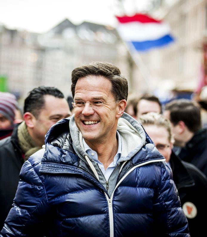 Mark Rutte  vorige week op campagne voor de gemeenteraadsverkiezingen op de Amsterdamse Albert Cuypmarkt, gekleed in blauwe jas, grijze hoody en licht overhemd.