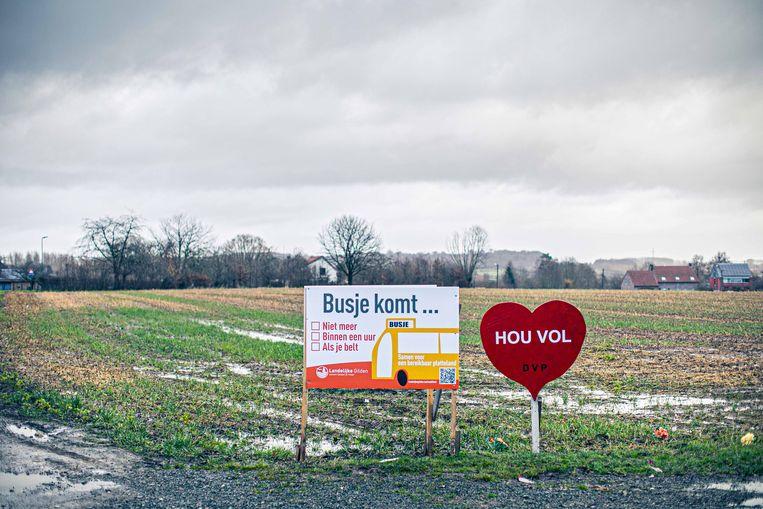 Een actiebord van de Landelijke Gilden tegen het verdwijnen van de lokale bussen. 'We steken onze nek uit, we willen het platteland redden.' Beeld Bas Bogaerts