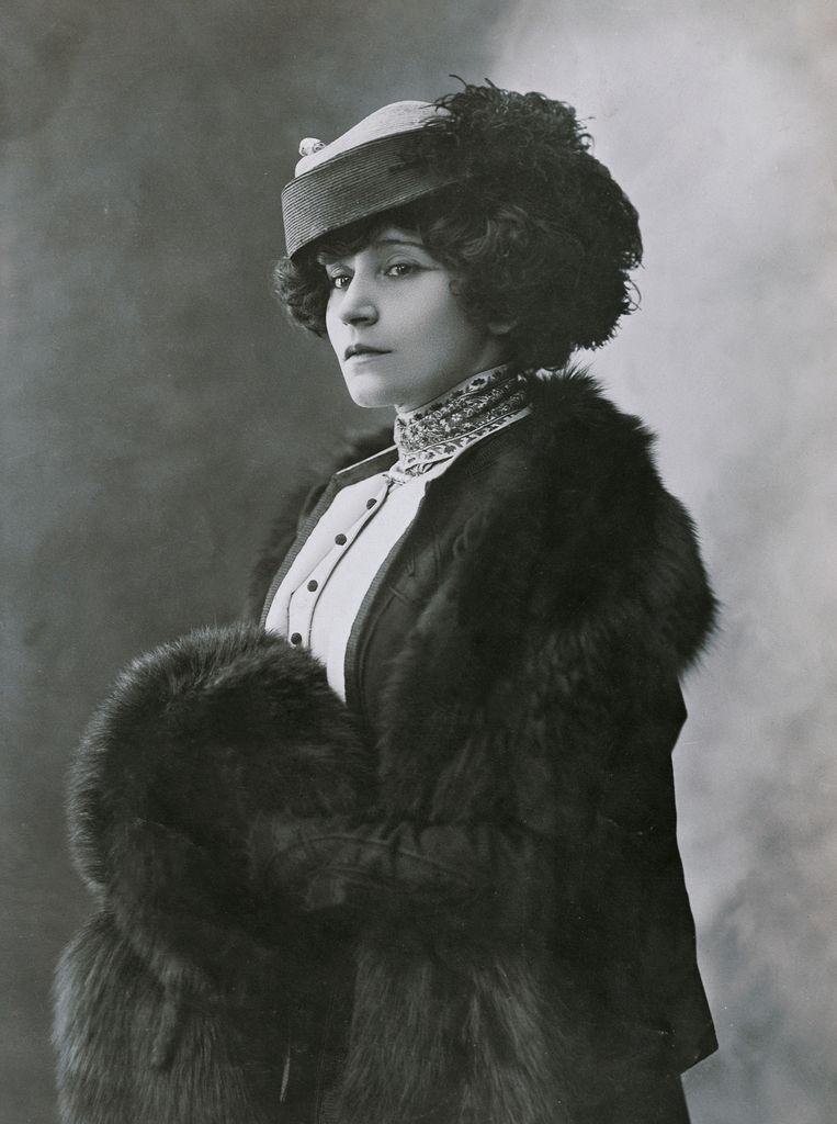 Colette (1873-1954) was niet alleen een non-conformistische theaterdiva maar ook een vrijgevochten schrijfster met een immens oeuvre.  Beeld © DEA / G DAGLI ORTI