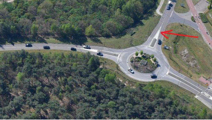 De rotonde Nisseroi in de noordelijke randweg van Nistelrode. Aan de bovenkant de straat Weijen die het dorp in voert. De pijl wijst de plek aan van de te bouwen fietstunnel.