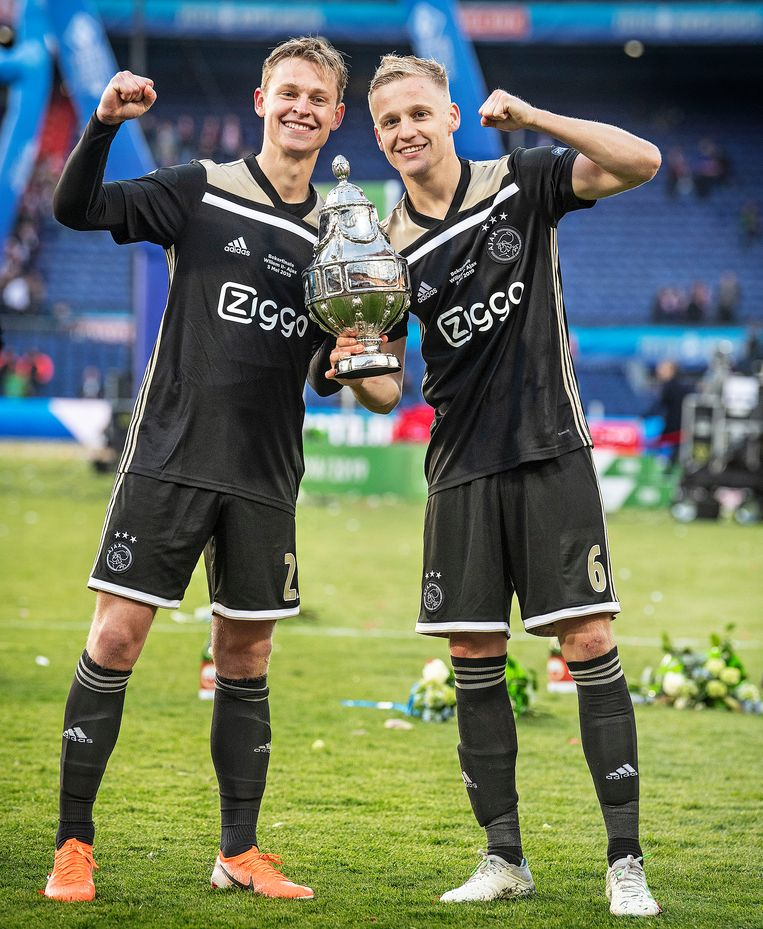 Frenkie de Jong (links) en Donny van de Beek met de KNVB-beker. Beeld Guus Dubbelman