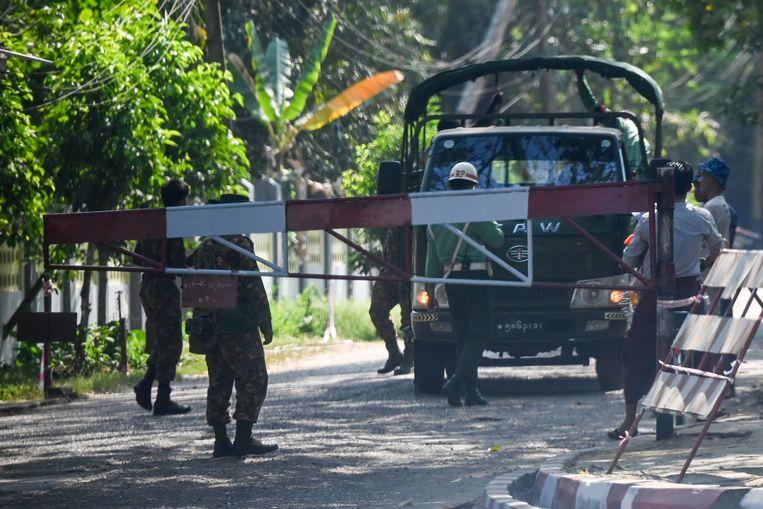 Op het militaire complex van Yangon wordt regeringsleider Aung San Suu Kyi vastgehouden. Beeld AFP