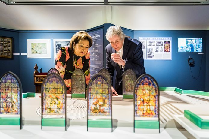 Josine Damen, verbonden aan stichting De Open Kathedraal, en conservator Rob Kreszner bekijken de maquette die ruim twee jaar geleden in het Gorcums Museum kwam te staan.