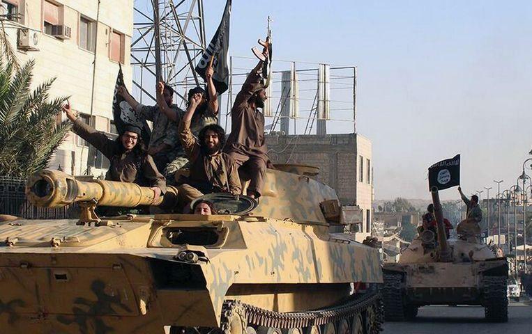 IS-strijders in Raqqa, de hoofdstad van het door IS uitgeroepen kalifaat. Beeld ap