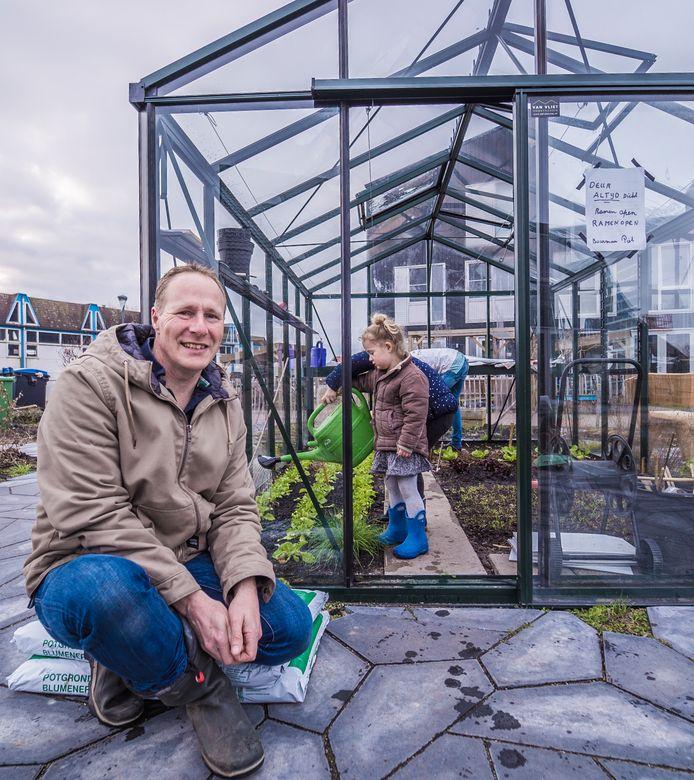 Mark de Langen met zijn kinderen in de gezamenlijke tuin van het duurzame woonproject Geworteld Wonen in RijswijkBuiten: ,,Zal ik voor de foto iets groens doen en links op de foto gaan zitten?''