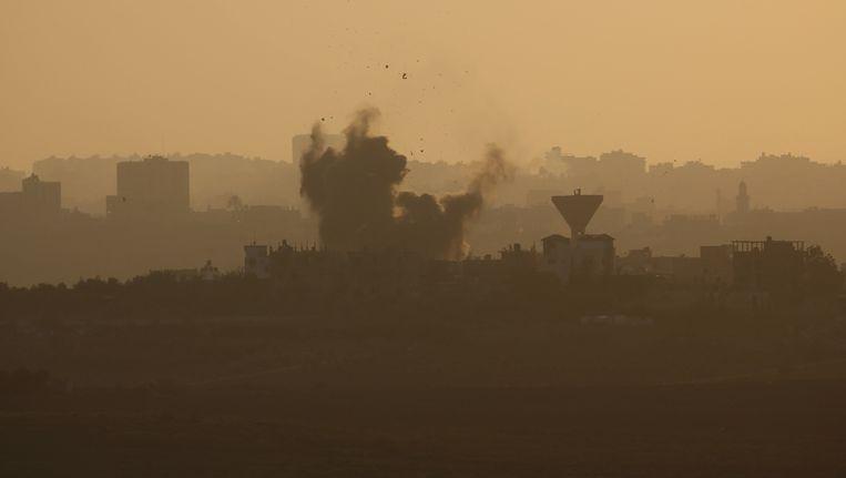 Rook stijgt op boven de Gazastrook na een Israëlische luchtaanval. Beeld reuters