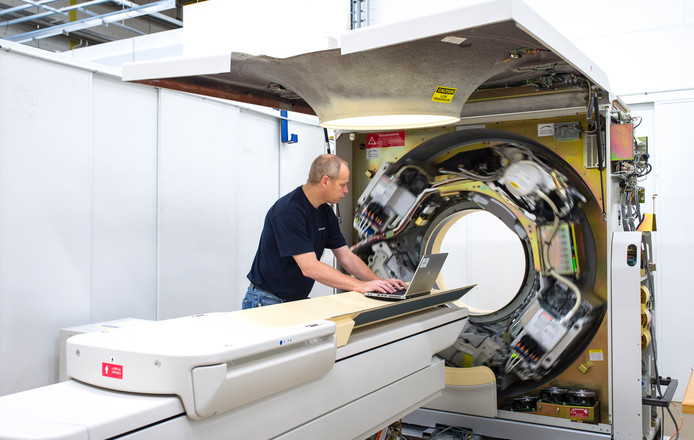 Opknapbeurt voor een scanner bij Philips Refurbished Systems.