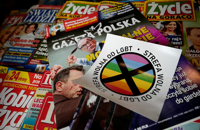 Het conservatieve Poolse tijdschrift Gazeta Polska verspreidde in 2019 stickers waarmee LHBTI+-vrije zones aangegeven konden worden. Beeld REUTERS