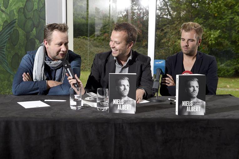Mannaerts (midden) op de boekvoorstelling van Niels Albert (rechts) Beeld PHOTO_NEWS