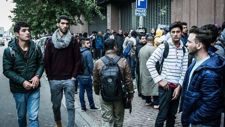 De lange rij van vluchtelingen aan de dienst vreemdelingenzaken in Brussel in september van dit jaar. Beeld Bas Bogaerts