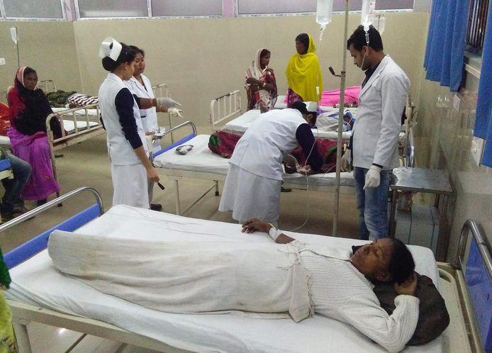 Zo'n 200 mensen worden in het ziekenhuis van Jorhat verzorgd na het drinken van illegale alcohol.