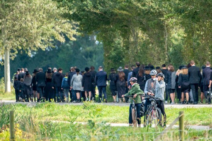 Ongeveer 200 mensen liepen vanaf de kerk naar de begraafplaats om Henk Cijsouw naar zijn laatste rustplaats te brengen.