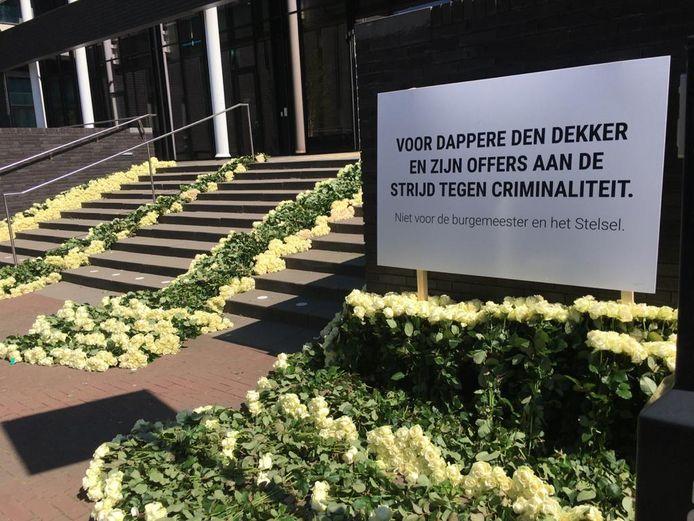 Duizenden witte rozen voor het gemeentehuis van Oss.