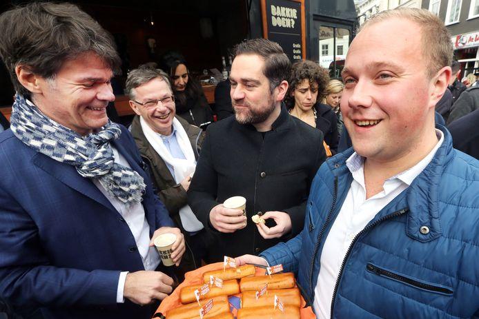 Thierry Aartsen (rechts) in maart bij de VVD-campagne in Breda voor de landelijke verkiezingen, samen met burgemeester Paul Depla, VVD-wethouder Alfred Arbouw en VVD-staatssecretaris Klaas Dijkhoff.  Nu voert Aartsen als lijsttrekker van de Bredase VVD  campagne voor de gemeenteraadsverkiezingen.