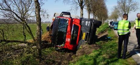 Vrachtwagen eindigt in greppel bij Wanneperveen