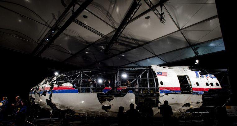 2015-10-13 15:05:15 RIJEN - Schade aan de reconstructie van het vliegtuig vliegtuig tijdens de presentatie van het rapport van de Onderzoeksraad voor Veiligheid (OVV) met de resultaten van het onderzoek naar de oorzaak van de ramp met vlucht MH17. Bij de ramp met het toestel kwamen alle 298 inzittenden om het leven, van wie 196 Nederlanders. ANP ROBIN VAN LONKHUIJSEN Beeld ANP