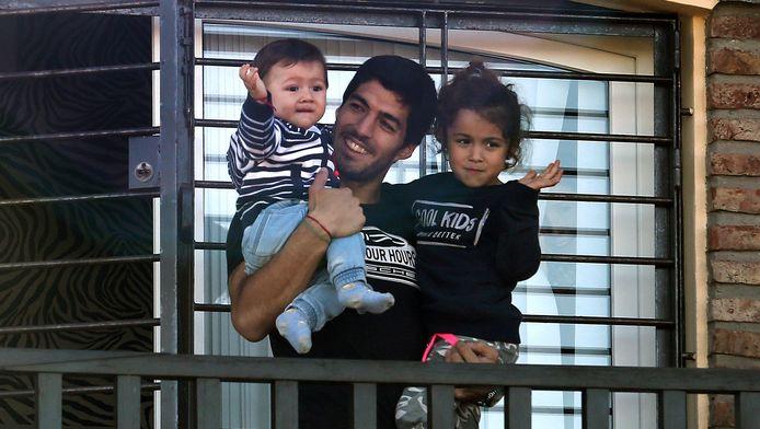 Luis Suarez salue ses fans avec ses enfants.