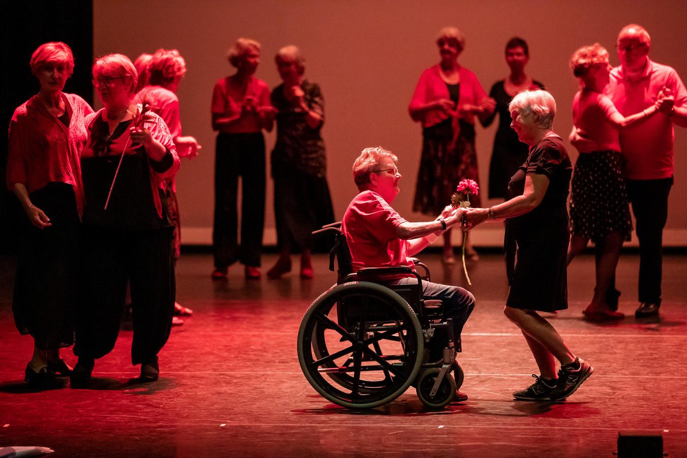 Repetitie van 'Kom dans met mij de danzón'. Op de voorgrond Hannie (in rolstoel) en Maria.