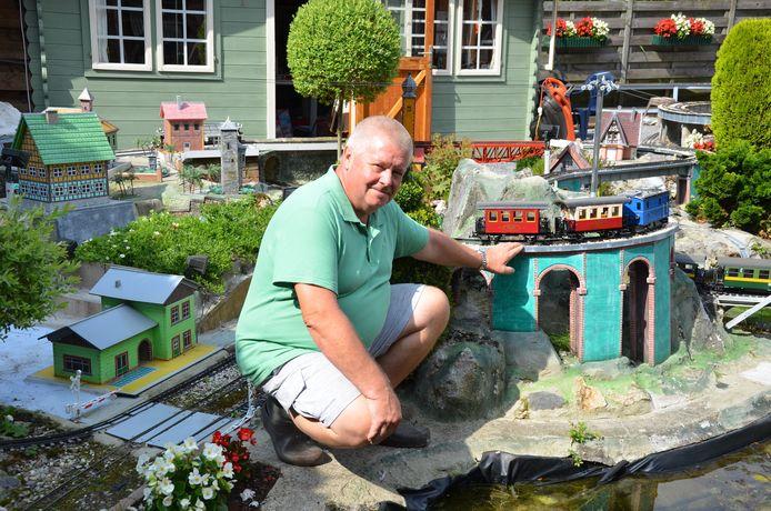 Lucien De Wit tussen de treintjes in zijn tuin in de Rietstraat.