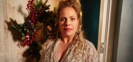 De Luizenmoeder-cast duikt op in kerstvideo Maaike Martens
