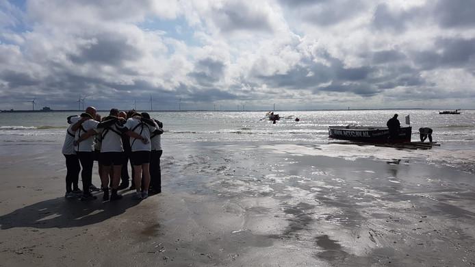 De mariniers zoeken steun bij elkaar na een 10 uur durende roeidag.