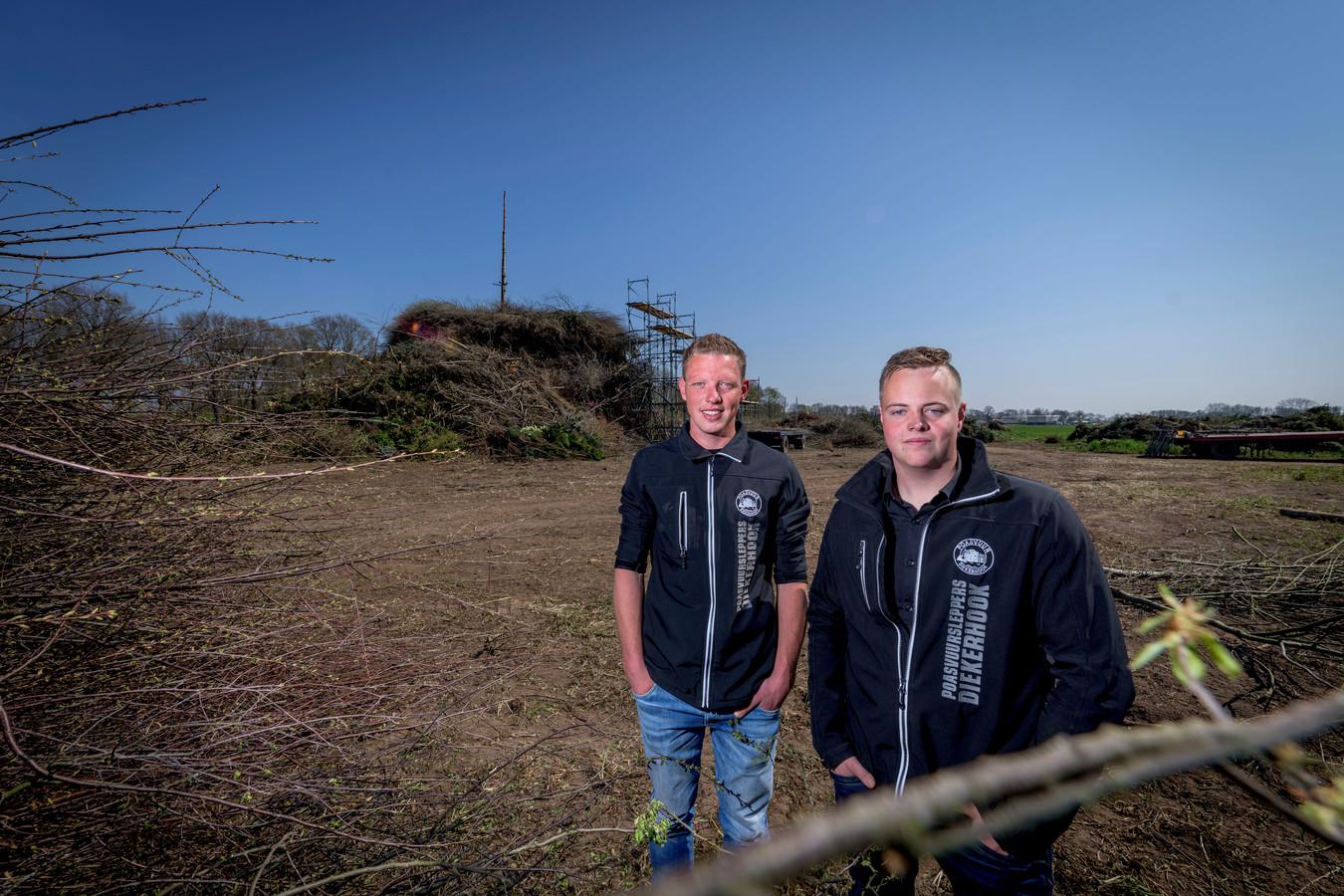 Arjan Veneklaas (rechts) met Bart Haverslag, voor het paasvuur dat in 2019 niet mocht branden, vanwege de droogte.