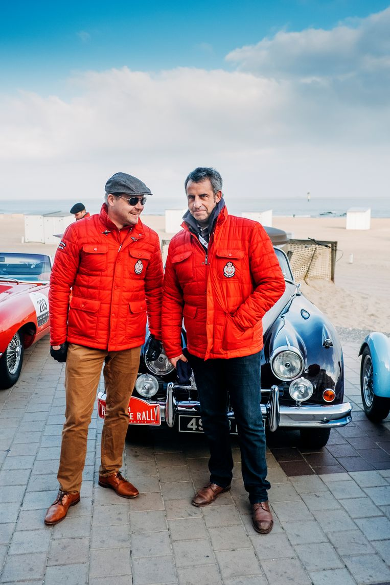 Vlak voor de start. Links staat Tim Hannig, directeur van Jaguar Land Rover Classic, en als kind al zot van oldtimers. Rechts: journalist Rik Van Puymbroeck. Beeld Stefaan Temmerman