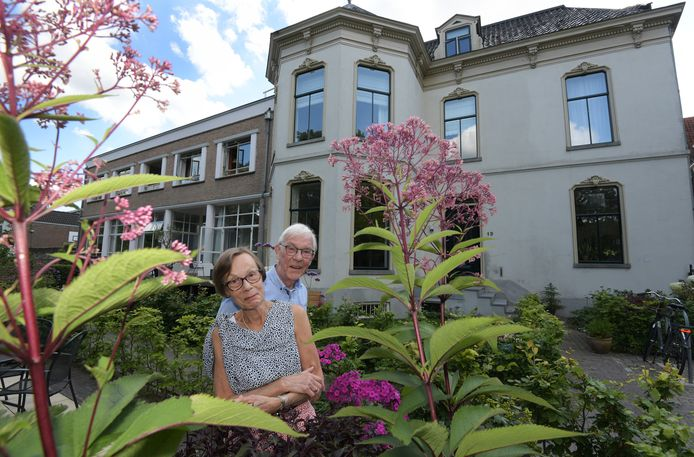 """De buitengevel van het huis van Roelie en Kees Dijkstra aan de Slotstraat in Culemborg is authentiek. ,,Maar binnen is het modern"""", vertelt Kees."""