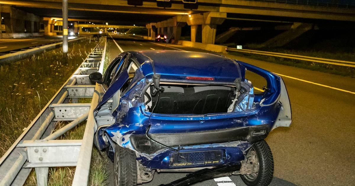 Auto volledig in de prak bij nachtelijk ongeluk op snelweg.
