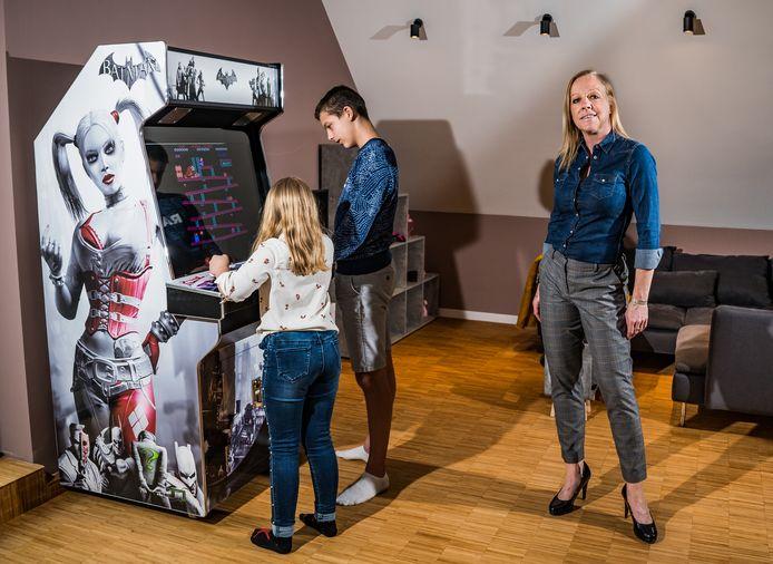 Eva Van de Ven en haar gezin met de arcadekast.