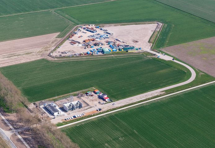 Het transformatorhuis aan de Vogelweg van Windpark Zeewolde, linksonder. In de ruit middenboven staan gebouwen van windturbinebouwer Vestas en aannemer WDG, die bezig zijn met de bouw van Windpark Zeewolde.