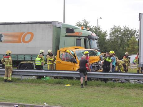 Ernstig ongeval op A50 bij Klarenbeek: zwaargewonde bestuurder uit bestelbus bevrijd