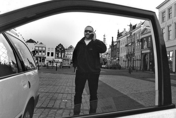 Gerrit Groeneveld, begin februari 1995, op de lege Markt in Zaltbommel. Zijn witte stationcar lag vol met kranten voor de achterblijvers.