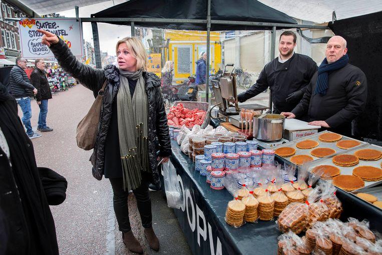 Jeanine Hennis-Plasschaert (VVD) op de Albert Cuyp-markt in Amsterdam, vorige week. Beeld Werry Crone, Vleuten