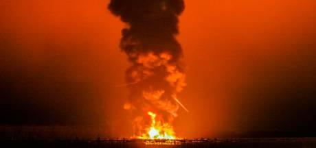 Grote brand bij windmolen in Zeewolde: gitzwarte rookkolom van kilometers afstand te zien