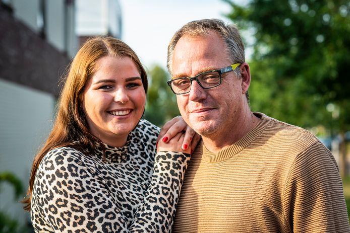Lotte van Holstein (19) met haar vader Peter.