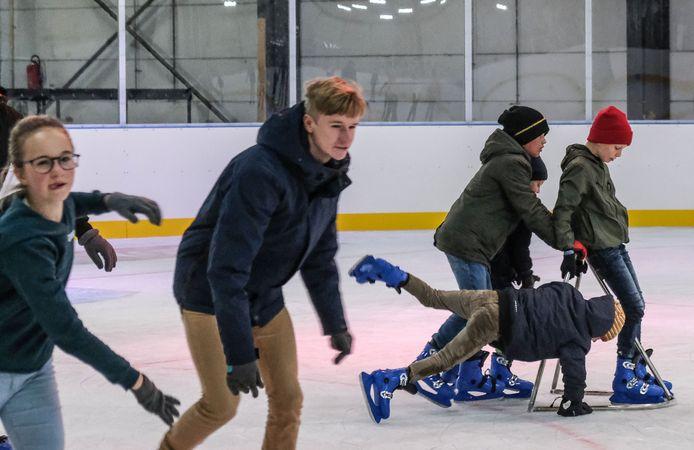 Hoewel het mooi weer was gisteren, trokken toch heel wat jongeren naar de schaatspiste.
