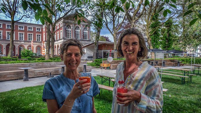 Uitbaters Nina Manderick en Ursy Pattyn, aan café 't Plein in het gelijknamige en prachtige park in Kortrijk
