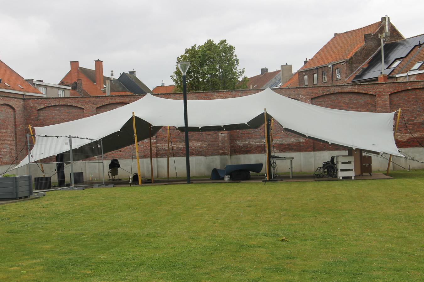 De tent die als buitenauditorium dienst doet op het binnenplein van het stadhuis in Izegem.