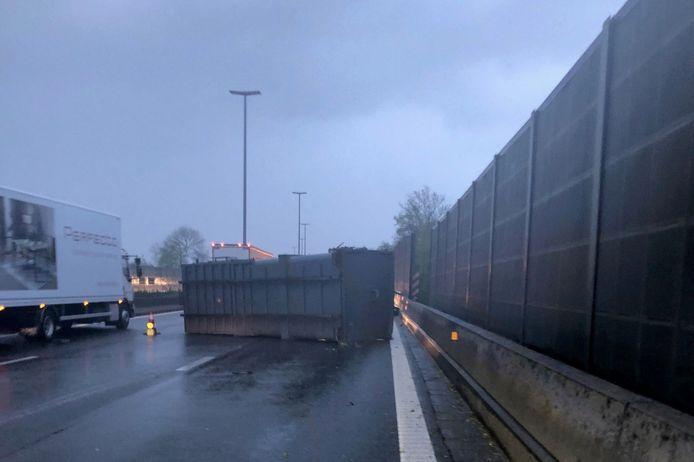 Een vrachtwagen verloor op de E40 tussen Erpe-Mere en Aalst en container.