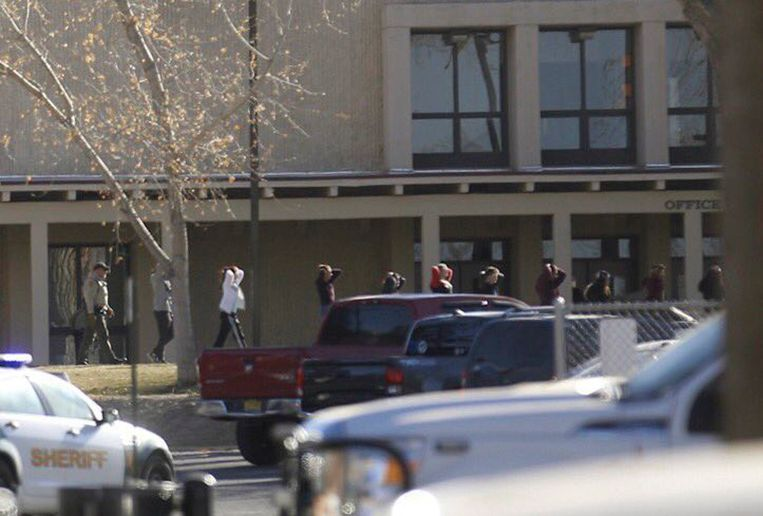 Leerlingen worden uit de school geëvacueerd.