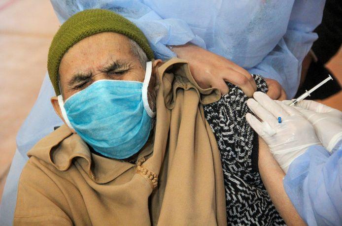 Een man krijgt een vaccinshot tijdens de nationale vaccinatiecampagne in Marokko. Bijna 4 miljoen van de 10,57 miljoen al toegediende vaccinaties werden in de voorbije twee weken toegediend.
