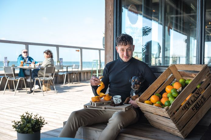 Don van Vliet van De Haven van Renesse (met hondje Pip) onderzoekt samen met vijf andere paviljoens hoe met afval als koffiedrab en sinaasappelschillen nieuwe producten kunnen worden gemaakt.