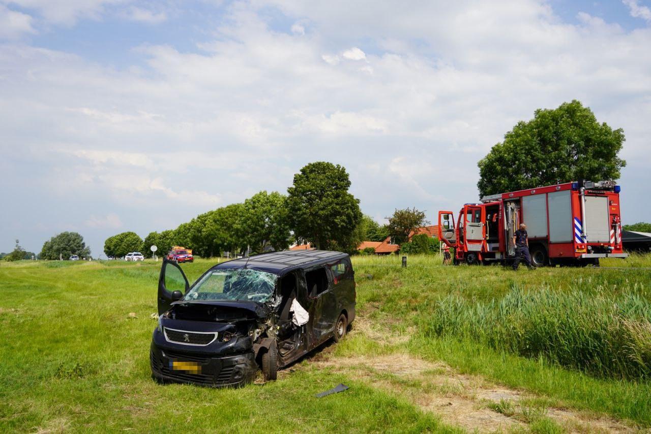 Op de Zomerdijk in Zwartsluis zijn bij een ongeluk tussen een busje en tractor twee zwaargewonden gevallen.