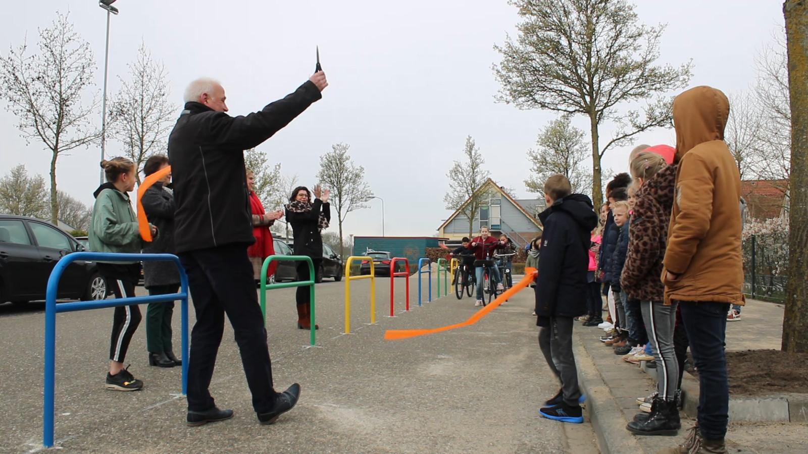 Wethouder Niko Windels opent schoolzone bij de Koningin Beatrixschool in Buren.