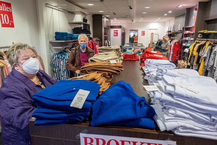 Diny en Frans Bakker zijn aan het winkelen in het winkelcentrum in Malden. Eindelijk kunnen ze weer.