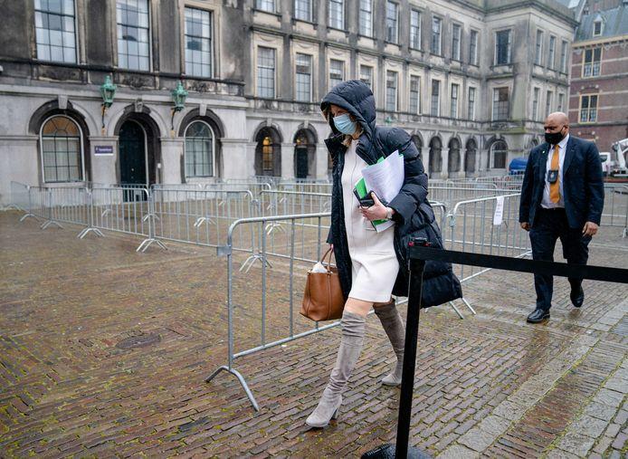 Kajsa Ollongren (D66) verlaat de Stadhouderskamer. Onder haar arm de veelbesproken documenten.
