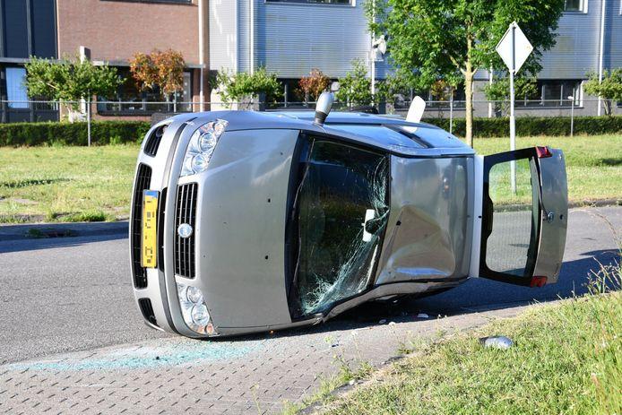 De auto van de vrouw raakte behoorlijk beschadigd bij de aanrijding.