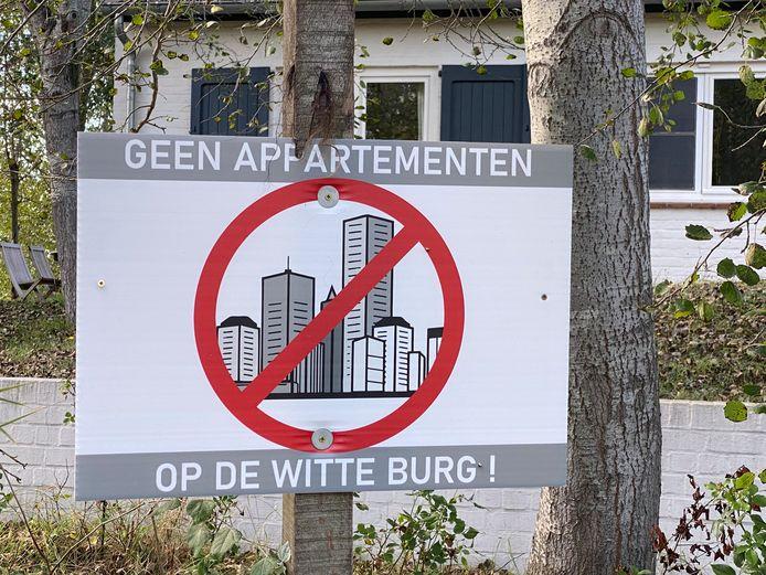 Met deze bordjes protesteert de buurt van de Witte Burg in Oostduinkerke tegen de aanvraag voor een appartementsgebouw.